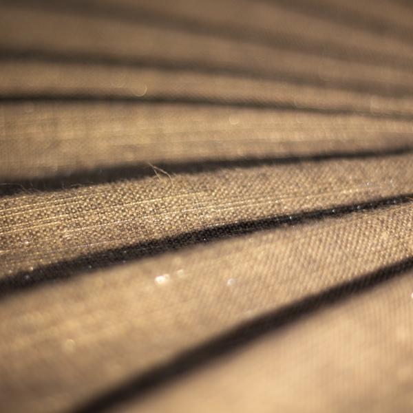 lin gris avec fil lurex argent sous la lumière